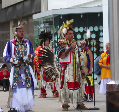 Natives bei einer öffentlichen Aufführung